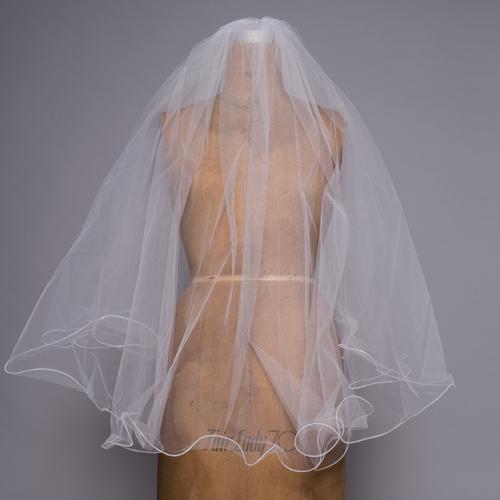 装飾のないシンプルなデザインで、ドレスやアクセサリーを引き立てます