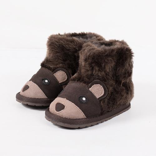 ふわふわのクマをモチーフにしたキッズ用ブーツ