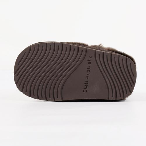 2層構造のアウトソール「EMU SOLE」は、耐久性に優れ、履き心地が良く、滑りにくくなっています
