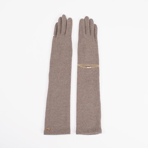 華奢なチェーンを巻いているように見えるゴールドのラメ刺繍が、レディな手元を演出します