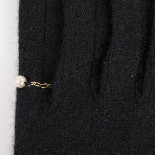左の小指には刺繍とパールが施されています