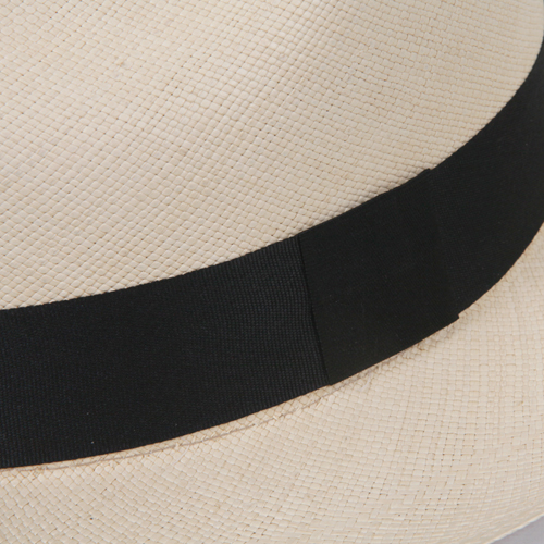 黒リボンが全体を引き締め、女性らしさをプラスしてくれる