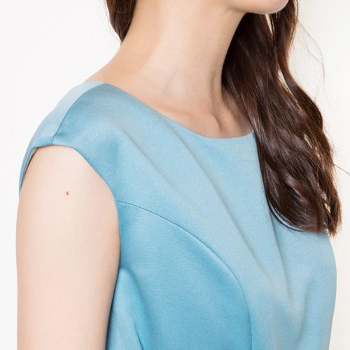 肩までかかる袖が、腕のシルエットを美しく見せてくれます