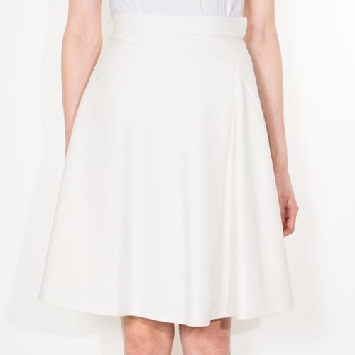 飾らないシンプルさが大人の女性らしさを惹き立てるスカート