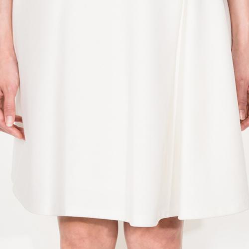 自然に入るプリーツがスカートに動きを出し、よりフェミンな印象に見せてくれます
