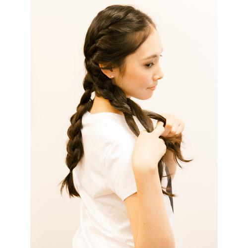1. 髪の毛を左右2本に分け、それぞれ大きく編み込みをする