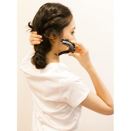 3. 毛先までねじったら、折り返し、その毛先と根元をクリップで留める