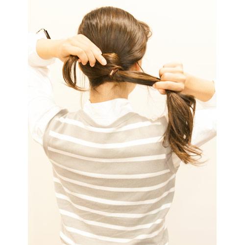 2. 右下でポニーテールし、毛束を少し取り、ゴムの部分を隠すように巻き付ける