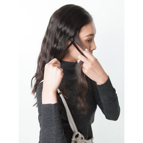 1. 左右それぞれ耳上の髪で三つ編みをつくる
