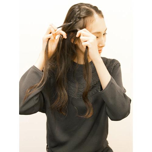 1. センター分けし、前の方の髪の毛を左右細めに編み込みをする