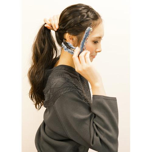 2. (1)と合わせ、残した髪の毛と合わせてバナナクリップで留める