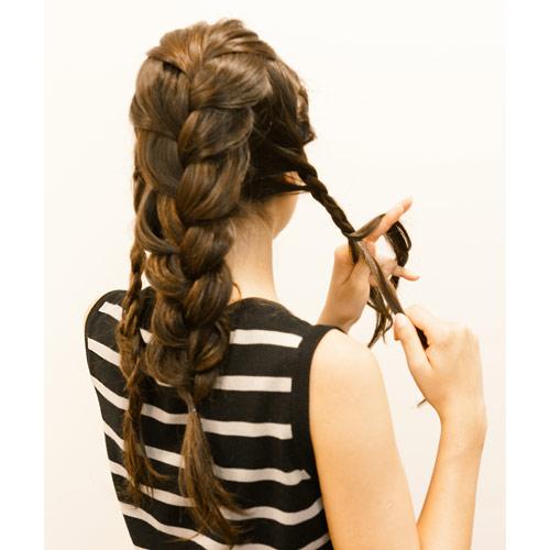 1. 両サイドの髪の毛を少し残し、中心を太く編み込みをする。残した両サイドの髪の毛も左右それぞれ三つ編みをつくる