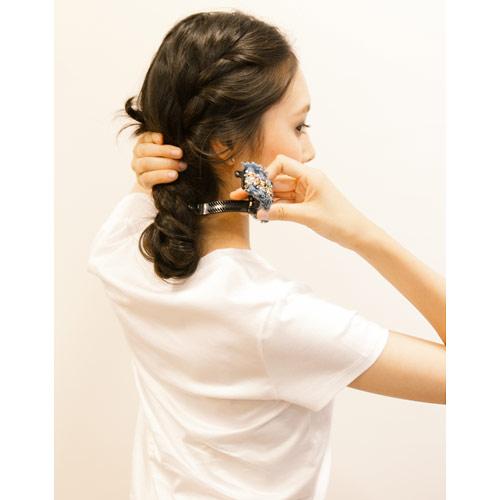 3. 毛先までねじったら、折り返し、その毛先と根元をポニークリップで留める