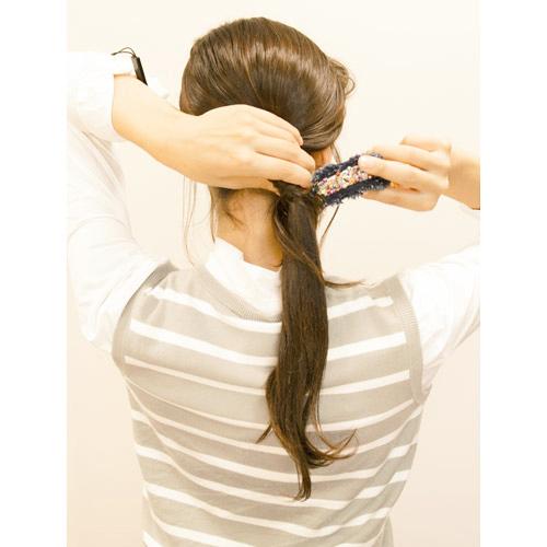 3. (2)で余った毛先をポニークリップで留める