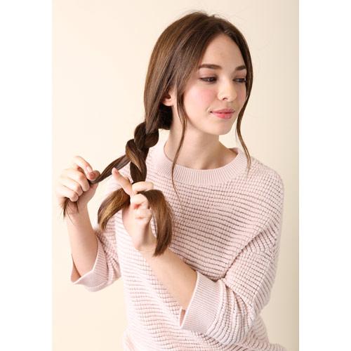 1. 右に大きな三つ編みをつくる(この時、耳横の髪の毛を引っ張りだしておくと、ナチュラルなイメージになります)