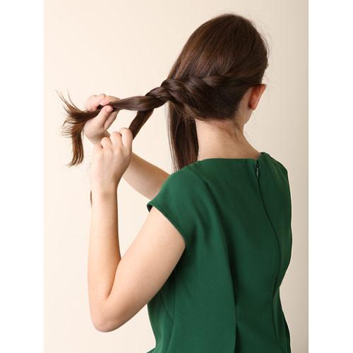 1. 右横から下の毛をすくうようにし、ねじり編みをし、左後ろまでつくりピンで留める