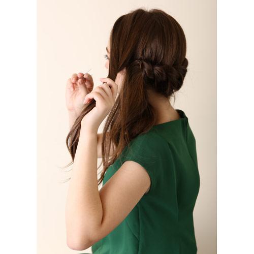 2. 左サイドの髪も(1)の近くでピンで留める