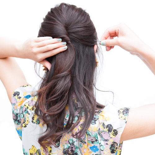 1. ハーフアップになるように、トップの髪の毛をピンで留める