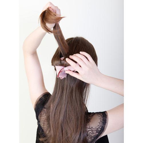 1. 上半分の髪をゴムで結び、結んだ髪の間から毛先を下から上へとくぐらせる