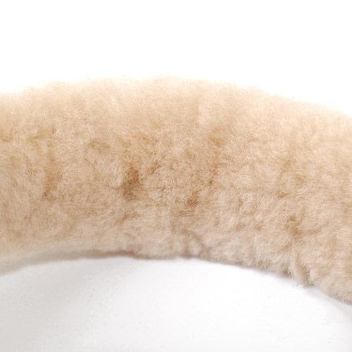 内側にあしらわれたシープスキンが頭に負担をかけず、長時間の着用もノンストレスです