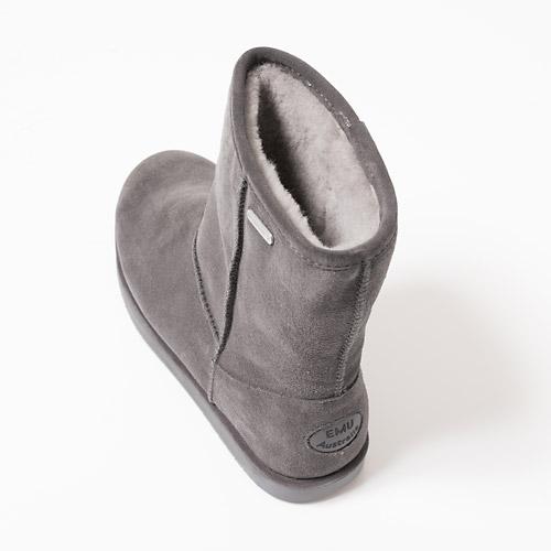 内側のシープスキンは抗臭効果が高く、通気性が良いのでブーツ内の湿気を抑え、さらっとした履き心地です