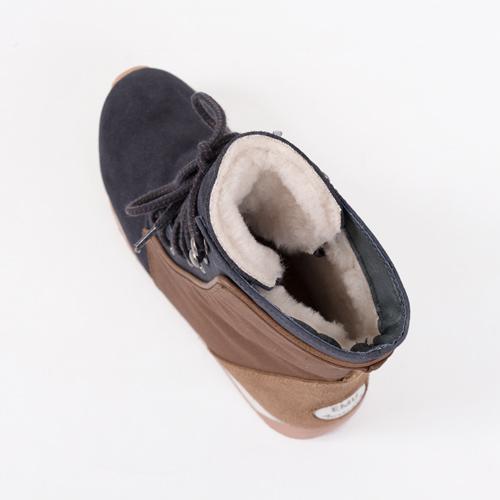 脚を暖かく包み込むシープスキンは、通気性に優れ、蒸れにくい上に高い防臭効果を兼ね備えています