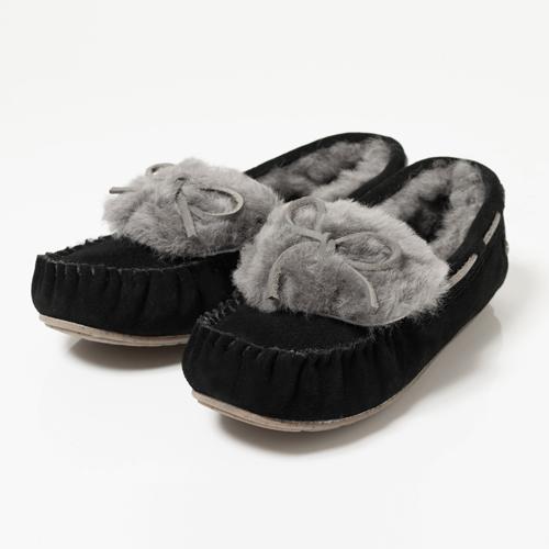 emuで大人気のモカシンシリーズが、毛足の長いファーの折り返しとリボンが付いたデザインで登場です!