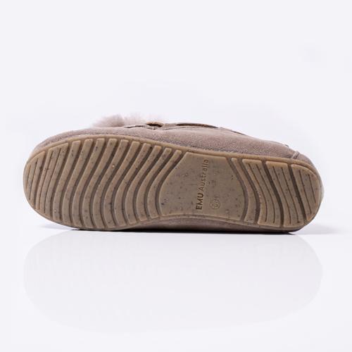 コルクフレークを含んだラバーソールは反発性・クッション性・グリップ力が高く、快適な履き心地を実現しました