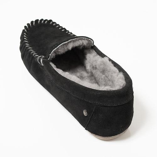 足を包み込むシープスキンは、暖かく蒸れにくい上に高い防臭効果を兼ね備えています
