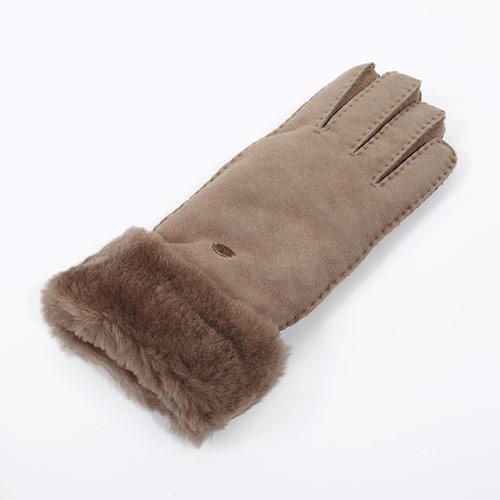 グローブの表面は柔らかくしっとりとした質感で、中はふわふわのムートンが冷える手元を優しく包んでくれます