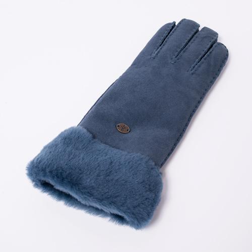 表面は柔らかくしっとりとした質感で、中はふわふわのムートンが冷える手元を優しく包んでくれます