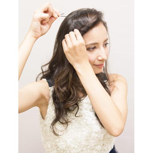 1. 前髪を後ろへねじりピンで留める