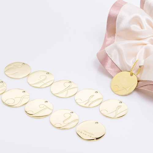 バイカラーサテンシュシュ「チェリーブロッサム」には「ゴールド」のチャームが付いてきます