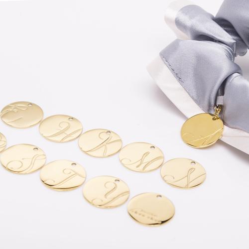 バイカラーサテンシュシュ「アッシュグレー」には「ゴールド」のチャームが付いてきます