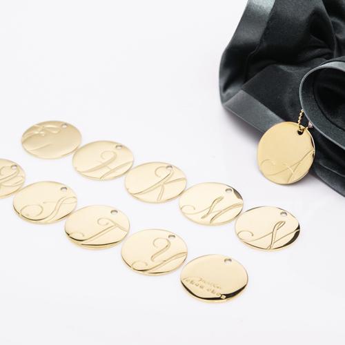 バイカラーサテンシュシュ「ナイトブラック」には「ゴールド」のチャームが付いてきます