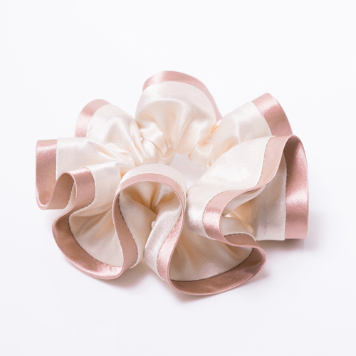 トリミングを効かせた生地を贅沢に使用しているのでボリュームがあり、まるでお花のようなフォルムを作ります