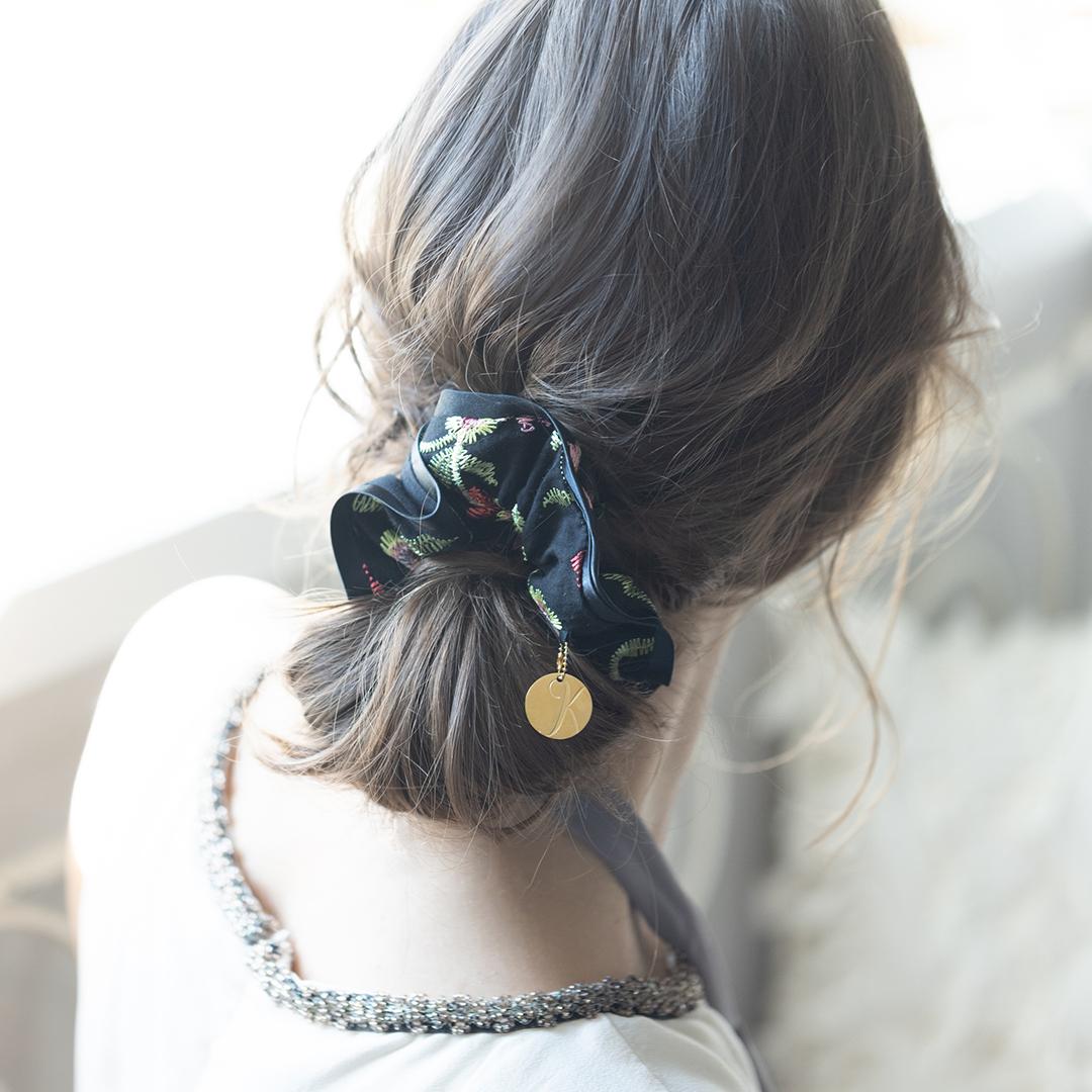 繊細な花柄刺繍が女性らしさを演出するシュシュ