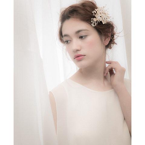 ヴィンテージライクな、くすんだゴールドで品よく輝きを添えるヘッドドレス