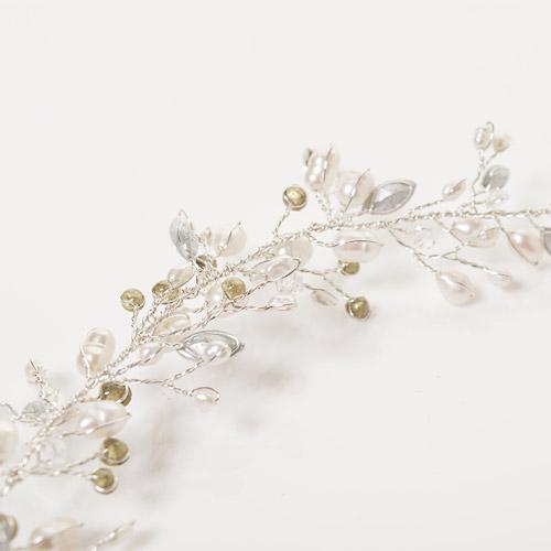 パールとクリスタルビジューを散りばめ、枝に付いた花のように輝きます
