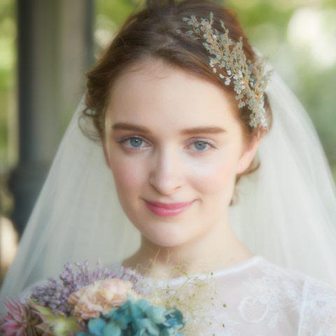 青みのあるビーズに乳白色のストーンを合わせたキレイめなヘッドドレス