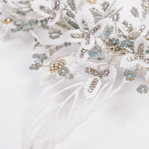 青みのあるビジューに白い小さな花が大人の雰囲気を出してくれます