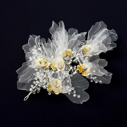 ボリュームのあるフラワーモチーフとチュールでノーブルな雰囲気を演出するヘッドドレス