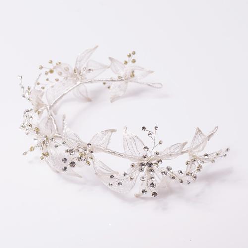 今にも花たちが踊りだしそうな動きのあるヘッドドレス