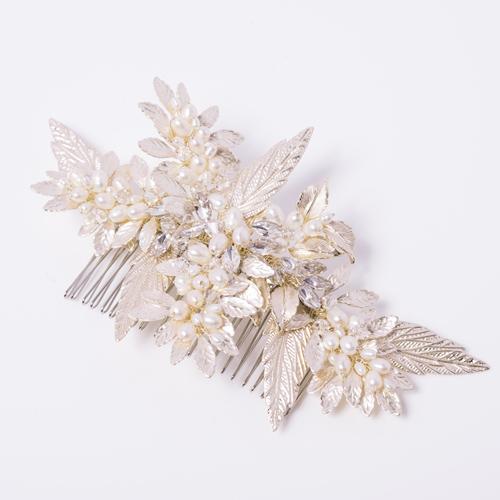 パールビジューを雪のように散りばめ、品よく輝きを添えるヘッドドレス