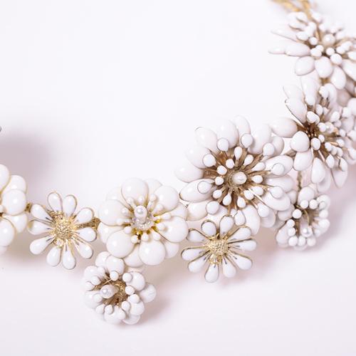 くすんだゴールドパーツにホワイトで着色した、どこかレトロな雰囲気漂うデザインが魅力的です☆