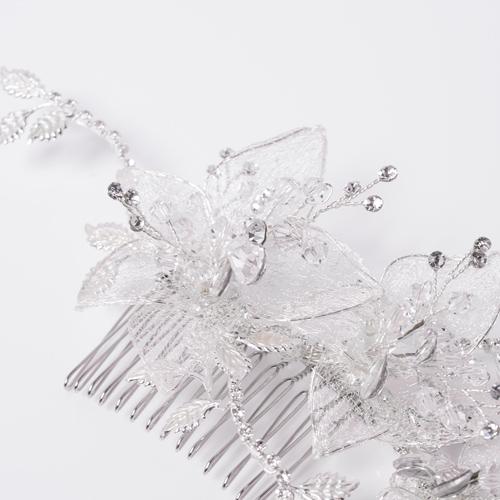 レースとワイヤーで作られたフラワーは、華奢で透け感があり、花弁の縁のワイヤーを動かすと、立体感や動きをつけることができます