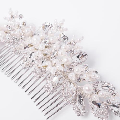 花に雪が積もったような、品の良い美しさが光るデザインです