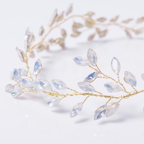 たっぷりと乳白色ストーンを散りばめ、枝に付いた滴のように輝くので、ブライダルやパーティーにピッタリなデザイン☆
