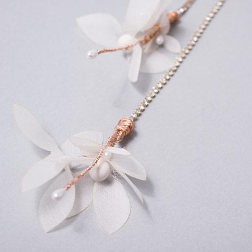 長さの違うチェーンに、透け感のあるお花をあしらった新しいスタイルのヘッドドレスです☆