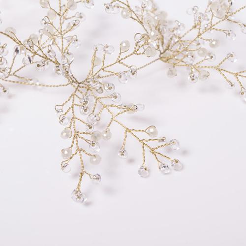 クリスタルビジューを全体に散りばめ、枝に付いた花のように輝くようデザイン